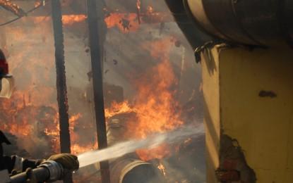 Incendiu violent la o hală de producție! Pompierii s-au luptat cu focul mai multe ore