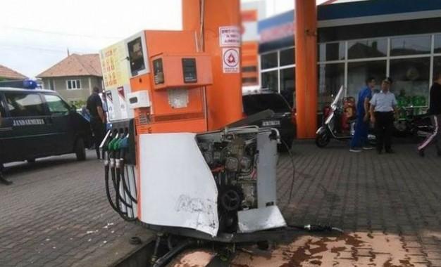 Un careian a intrat cu maşina într-o pompă de benzină