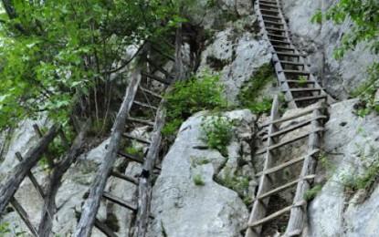 Trei copii urcă zilnic pe o scară de 40 de ani înfiptă în pereții unui munte pentru a ajunge la școală