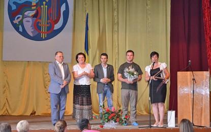 Plachetă şi diplomă de excelenţă directoarei Şcolii din Velyateno