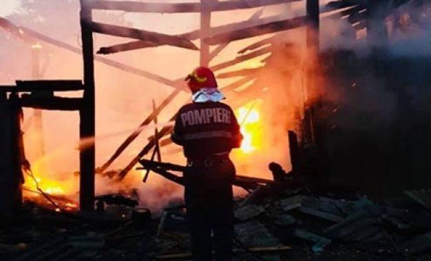 Incendiu VIOLENT în județ. Casă de locuit, pusă în PERICOL
